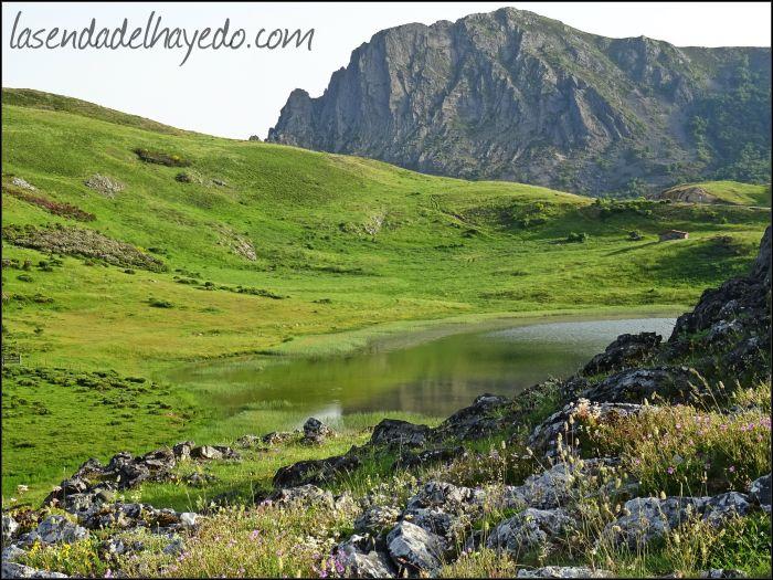 Lago de Isoba, que guarda sugerentes leyendas sobre el bien y el mal...