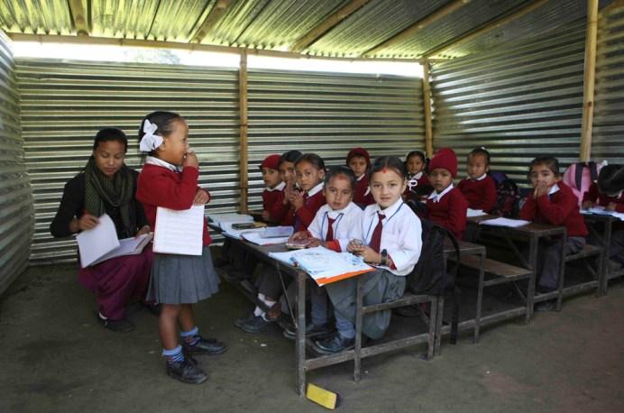 Escuela fabricada con chapas de lámina, camino a Nagarkot