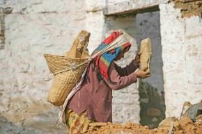 Las mujeres ayudan en la reconstrucción de sus casas, barrio Nagarjun, Katmandú