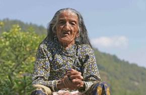 Mujer en Dhampus, pueblo en la ruta de trekking al Campo Base del Annapurna
