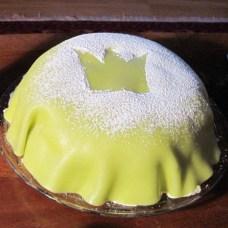 """7. Prinsesstårta-Estocolmo(Factordulce:4/10-0.12cafés/1000hab) Apodada la """"tarta verde"""" por su colorido, la receta original es de 1929. Jenny Åkerström, su creadora, era la institutriz de las princesas Margaretha, Märtha y Astrid a las que tanto les gustaba esta receta que pasó a recibir el nombre de la """"tarta de las princesas"""". En Suecia hay incluso una semana (la última de septiembre) dedicada a este pastel y cuando la princesa Estelle nació en 2012, la """"Prinsesstårtor"""" se agotó en toda Suecia. El color del pastel puede variar, pero el más común es el verde. Dónde probarla: El clásico café y panadería Tössebageriet se inauguró en 1920 y sirve pasteles y repostería suecos tradicionales, incluso han participado en la elaboración de las tartas de bodas para la familia real. Precio: 5€. Calorías: 290 kcal / 100 g Cómo quemarla: 83 minutos de caminata: pasea por la """"Montelius street"""" (Monteliusvägen) y así disfrutarás de una bonita vista sobre Estocolmo, acércate también a los alrededores del parque """"Djurgården"""""""