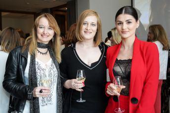 Adriana Maskarova, Patrícia Maskarova y la pintora Alina Poloboc © La Siesta Press / J. Fernández Ortega
