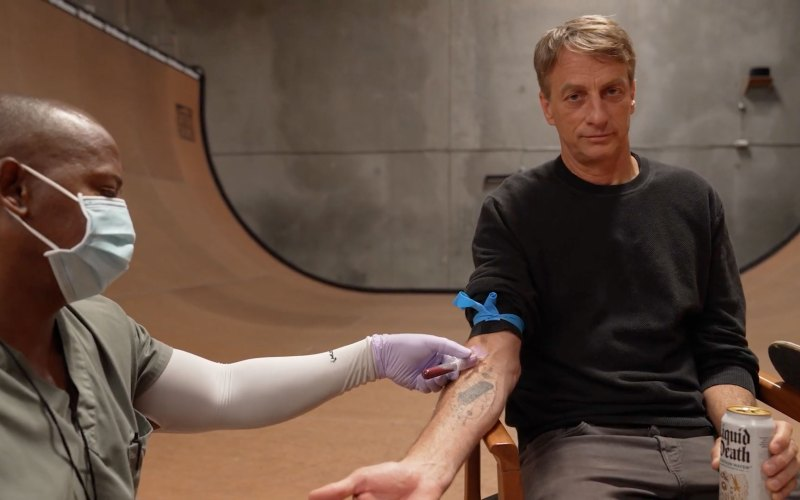 Tony Hawk s'associe à Liquid Death pour sortir des planches de skate infusées de son sang