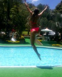 Paola Usme a la piscina