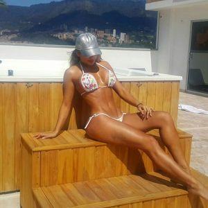 Paola Usme tomando el sol