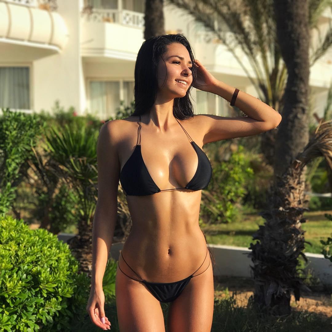 Helga Lovekaty en bikini