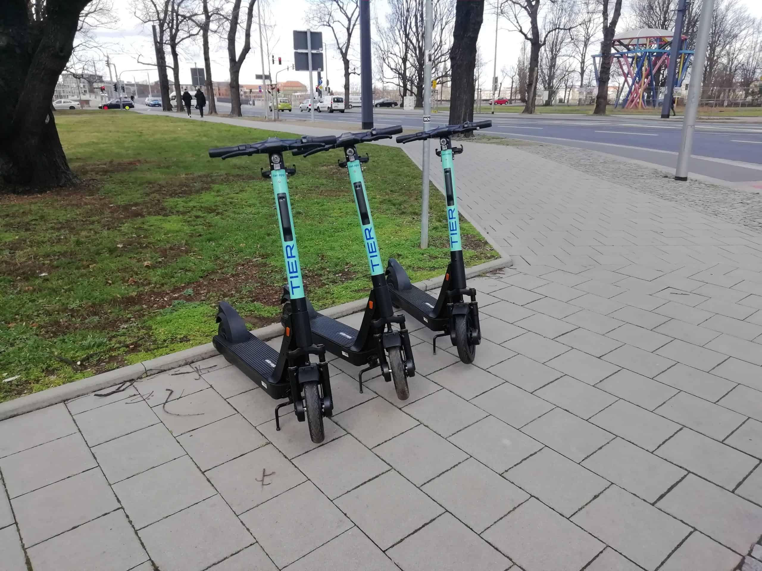 Auf dem Fußweg geparkte E-Roller der Firma TIER