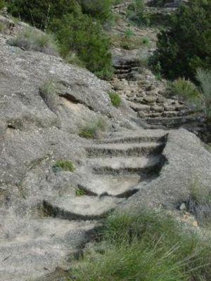 escalera esculpida en la roca - acceso a Bobastro