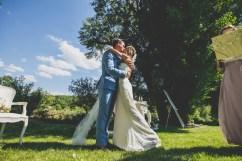 Baiser d'un couple de mariés