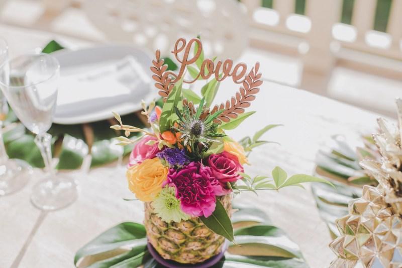 Décoration de table tropicale avec un ananas