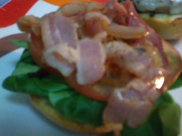Hamburguesa de pollo y canónigos
