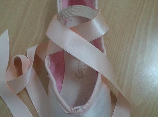 Cintas y gomas en puntas ballet