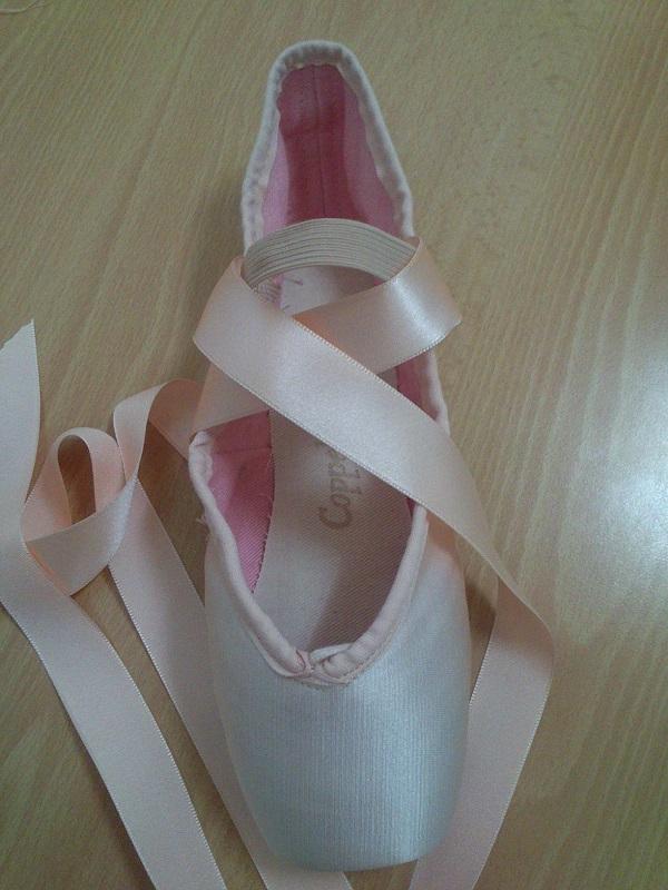 Coser las cintas y gomas en puntas de ballet