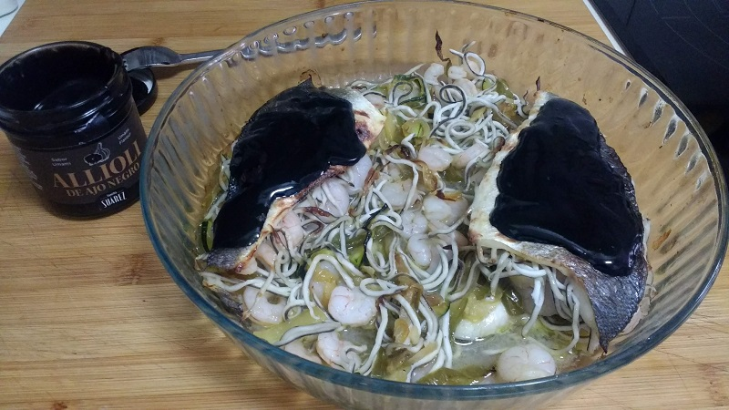 Lubina rellena con alioli de ajo negro