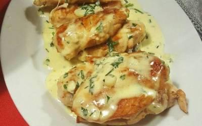 Pechuga de pollo con salsa bechamel de perejil