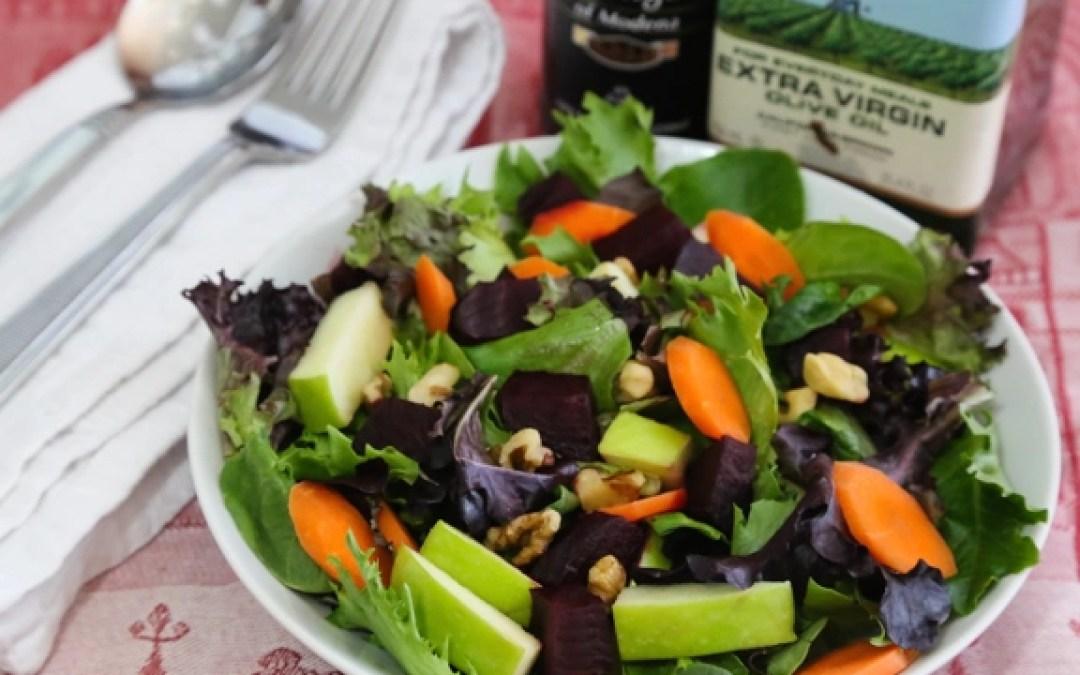 Ensalada de verduras mixtas con manzanas, zanahorias y remolachas en vinagre