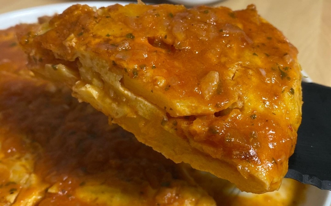 Tortilla de patatas con salsa española en Thermomix TM6
