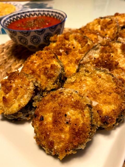 Berenjenas crujientes con salsa de tomate con aroma de albahaca