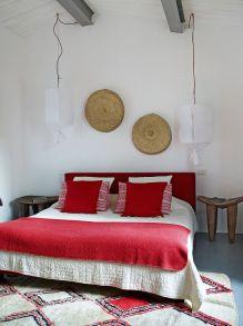 Camera da letto con lampade sospese