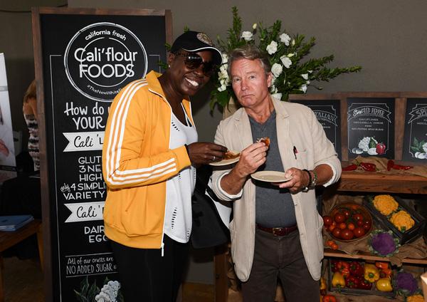 SNL's Leslie Jones and veteran actor John Savage share some Cali'flour pizza