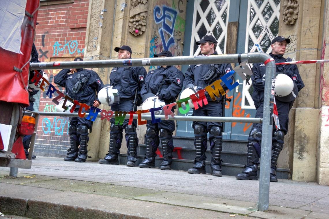 Polizei bewacht den Refugee Welcome Centre in Hamburg.