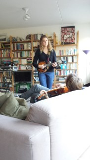 Maria probeert nieuwe instrumenten uit
