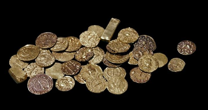 Monete e lingotti d'oro ritrovati nel tumulo 1 di Sutton Hoo