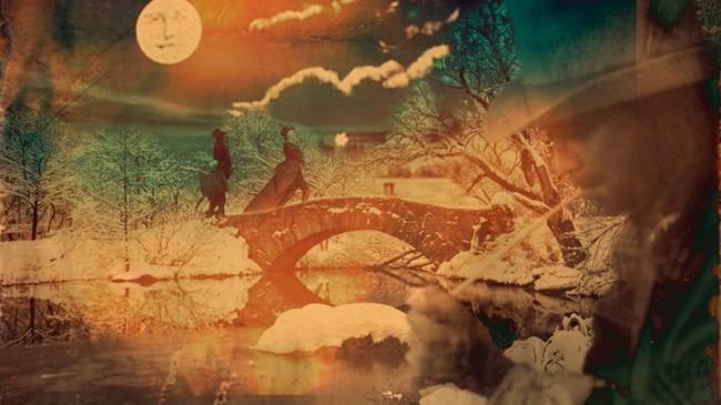 Fotogramma dal video in cui la piccola processione attraversa un ponte, dal bosco al villaggio, dal buio alla luce (dal paganesimo al cristianesimo?)