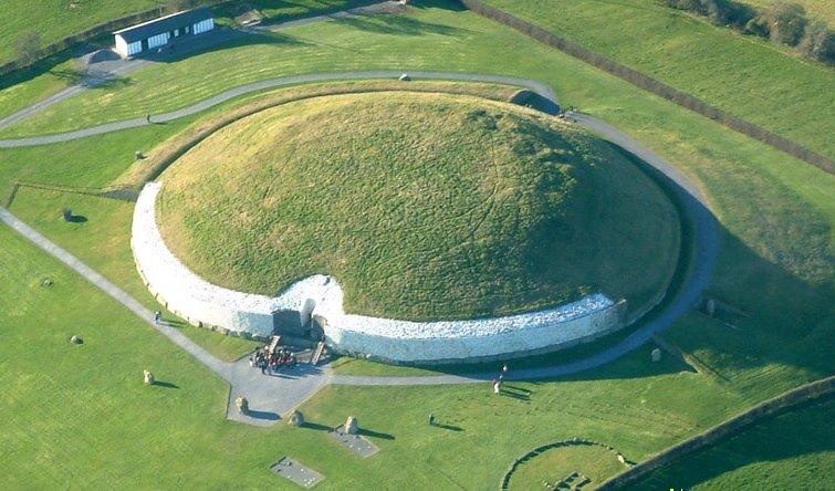 Il tumulo di Newgrange orientato in modo da accogliere attraverso il suo corridoio coperto i raggi solari al Solstizio d'Inverno