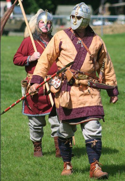 Rievocatore che indossa riproduzioni dell'elmo, cinture, spada, borsa di Sutton Hoo