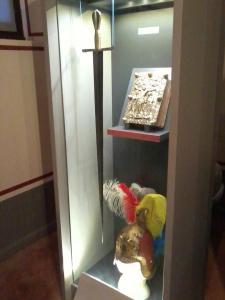 Spada, elmo ed evangeliario sono esposti al Museo Cristiano e Tesoro del Duomo