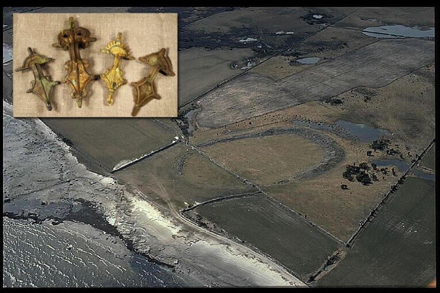Veduta aerea del Sandby Borg, inserto: quattro spille riccamente decorati dal sito precedentemente rinvenuti nel 2010. Immagini: Jan Norrman (KNB) Max Jahrehorn, Kalmar Lans museo.