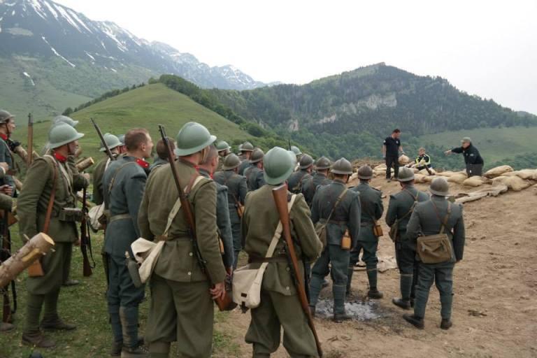 Il regista Mauro Vittorio Quattrina istruisce reenactors e soldati dell'Esercito Italiano
