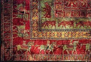 Tappeto di Pazyryk (tomba Pazyryk-2) Tessuto nel V° secolo A.C. e recuperato quasi 2500 anni dopo, quando, nel 1949, gli scienziati russi aprirono uno dei molti tumuli ritrovati nella valle di Pazyryk. Attualmente Al Museo Hermitage di San Pietrobyrgo