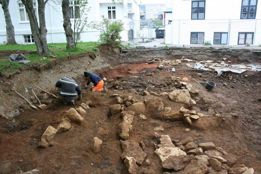 Lo scavo in via Lækjargata in centro-città di Reykjavík ha scoperto le rovine di un'abitazione che era lunga almeno 20 metri. Foto dalla pagina Facebook del sito