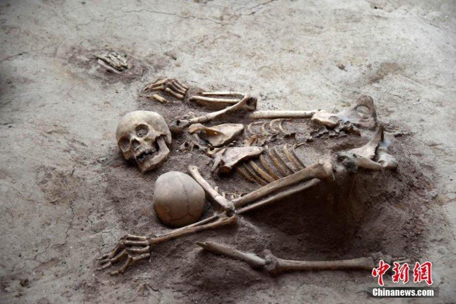 Un'altra coppia di scheletri rinvenuti nel sito archeologico cinese anche loro sembrano abbracciati