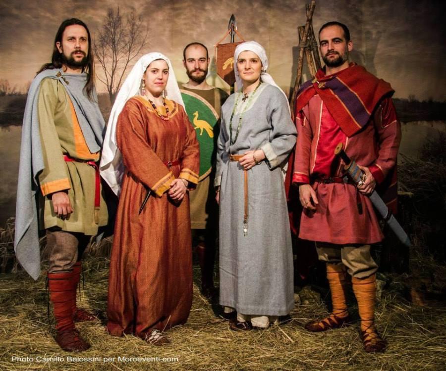 Il gruppo di Presenze Longobarde con gli abiti e i corredi ricostruiti dai vari contesti di VII secolo (Foto di Camillo Balossini)