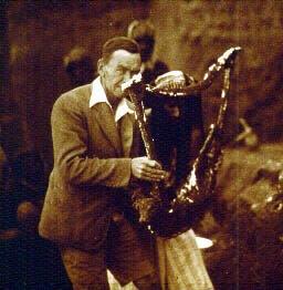 Leonard Woolley ritratto nel 1929 con una delle lire rinvenute a Ur (foto:http://sumerianshakespeare.com/)