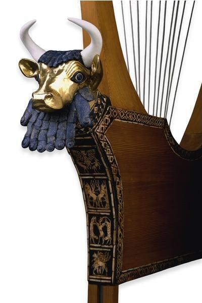 Dettaglio della Testa di toro che orna la Lira della Regina trovata nella tomba della Regina Pu-abi. La testa è in oro e lapislazzuli, il pannello sottostante è fissato con bitume e ornato con lapislazzuli, madreperla e pietra. L'altezza complessiva della Lira era di 112 cm. (Foto: sumerianshakespeare.com)