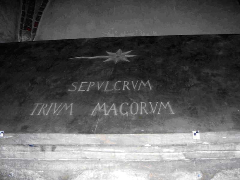 """Il coperchio del sarcofago con l'incisione della stella cometa a otto raggi e la dicitura """"Sepulcrum trium magorum"""""""