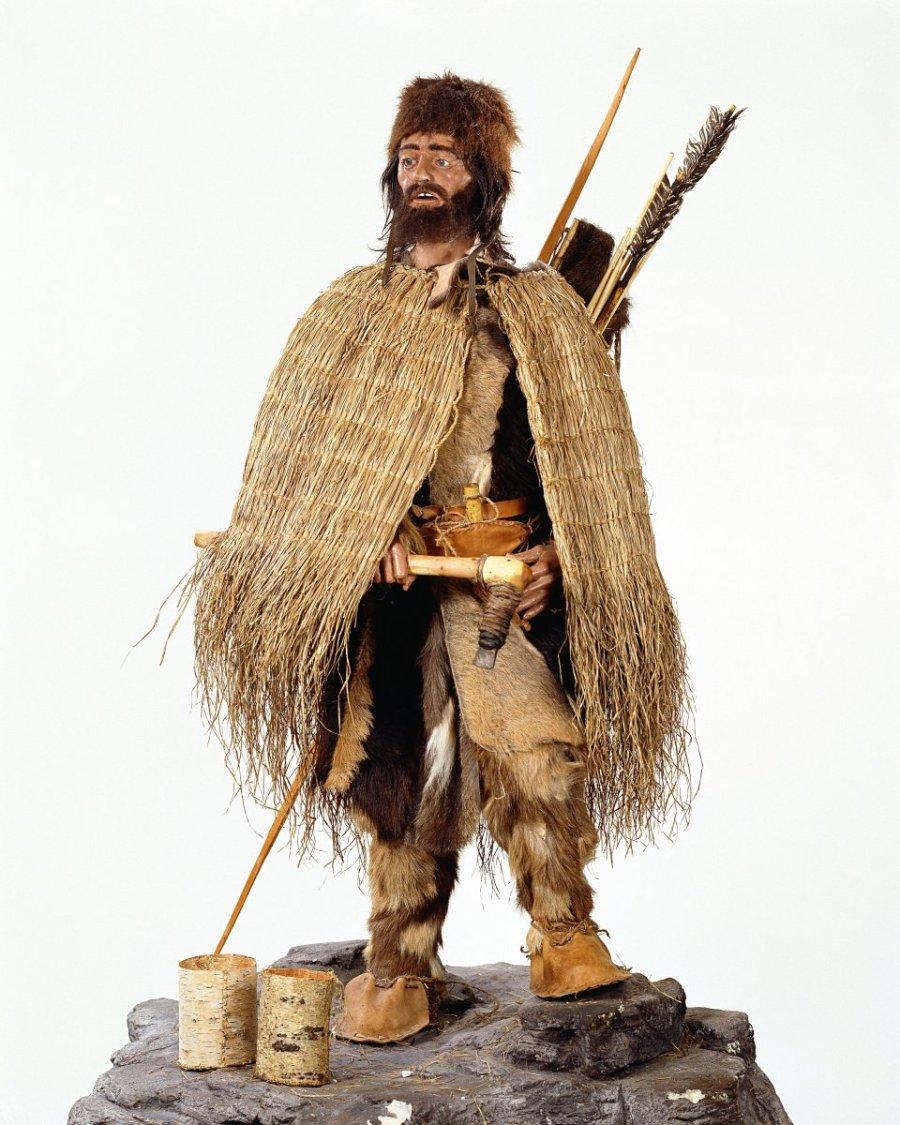 Ötzi in una ricostruzione antecedente: l'intreccio di fibre vegetali interpretato come mantello oggi si ritiene potesse essere parte della gerla.