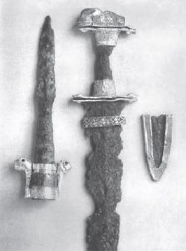 Punta di lancia e spada ad anelli esposte nel 1930 (Foto: Treasure from a Lombard Chieftain's grave, Londra 1930)