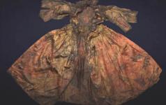 L'abito in damasco di seta (Foto: Kaap Skil)