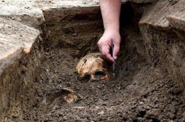 Archeologo al lavoro su uno scheletro nel sito di Viminacium site, circa 100 km a est di Belgrado. 8 agosto 2016. (Foto:. REUTERS/Djordje Kojadinovic)