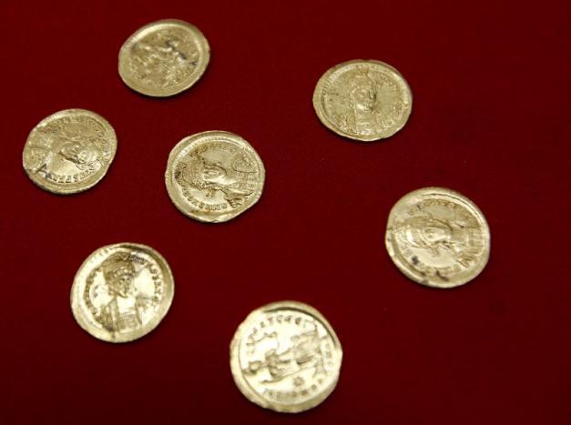 Alcune monete d'oro ritrovate nel sito di Viminacium, circa 100 km a est di Belgrado. 8 agosto 2016. (Foto:. REUTERS/Djordje Kojadinovic