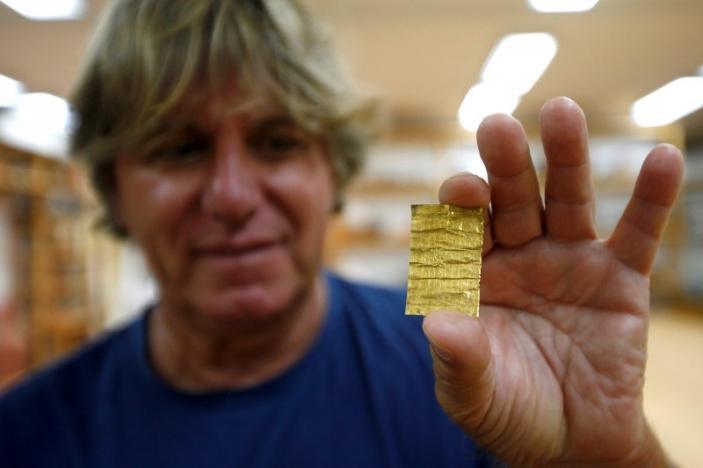 L'archeologo Miomir Korac dell'Istituto archeologico di Belgrado mostra gli amuleti in oro recentemente rinvenuti nel sito di Viminacium, circa 100 km a est di Belgrado. 8 agosto 2016. (Foto:. REUTERS/Djordje Kojadinovic)
