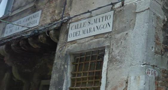 L'indicazione di Calle San Matio o del Marangon. Il marangon in generale è un artiere, un artigiano, ma identifica in particolare il falegname, l'arte pratica più diffusa nell'antica Venezia. Sulla sinistra è visibile un'altra indicazione per Calle del Campaniel o de la Sagrestia, ovvero calle del Campanile, da cui si può dedurre che il campanile della chiesa di San Mattio e la sua sacrestia fossero adiacenti a questa via.
