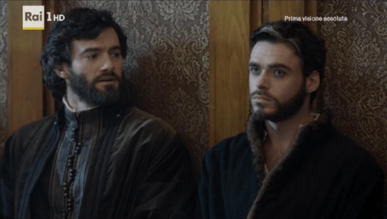 Lorenzo a sinistra e Cosimo a destra durante una seduta del consiglio nella prima puntata de I Medici. La sopravveste indossata sopra la camicia.