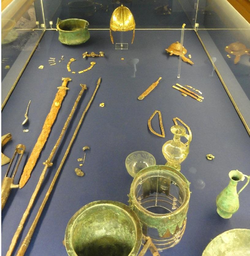 """Il corredo funerario della tomba Franca del """"princie"""" Arpvar. La datazione della sepoltura è dovuta alla presenza di un solido di Anastasio, che colloca la deposizione nel periodo del regno di Clodoveo"""