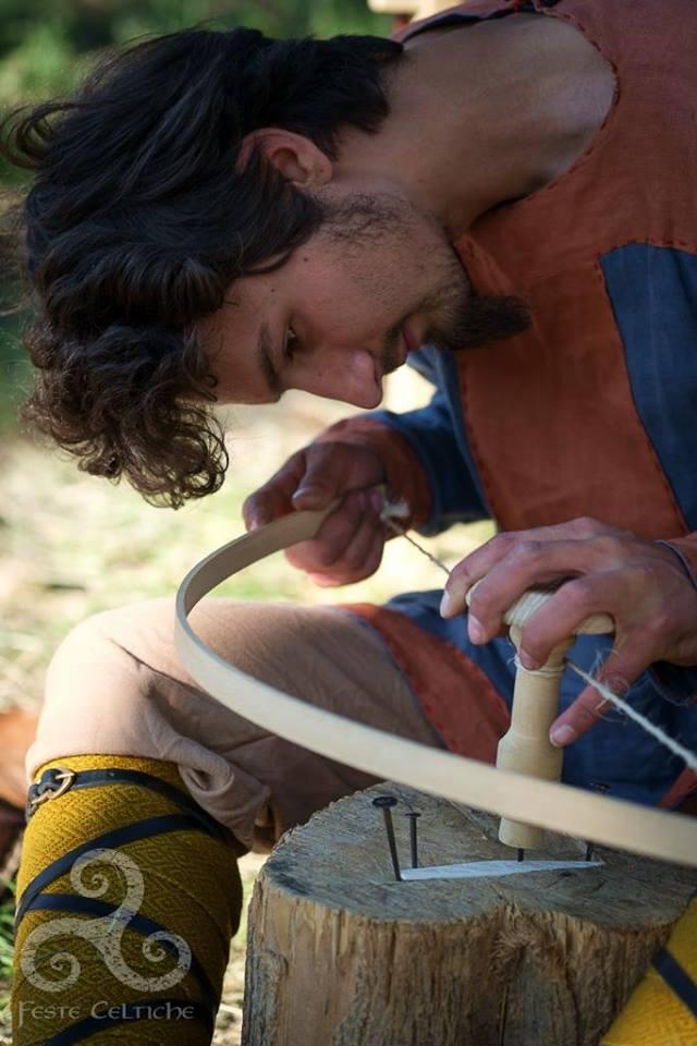 Ricostruttore del gruppo Helvargar esegue un pettine in osso da reperto